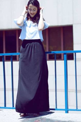 look-sencillo-low-cost-económico-camiseta-hombros-aire-falda-larga-trendytwo-trendy-two-carmen-marta-gemelas-2