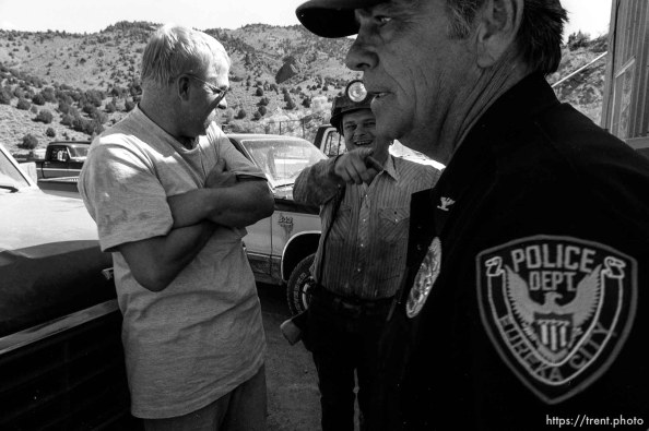 Eureka police chief Fullmer talks to mine workers