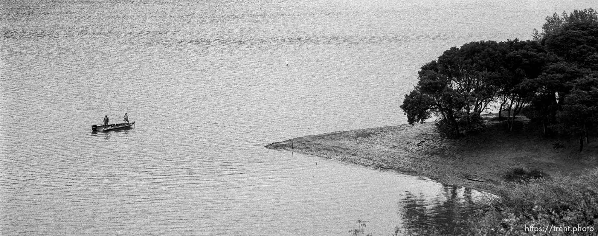 People fishing from boats in the San Pablo Reservoir
