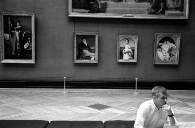 Man picks nose at the Louvre