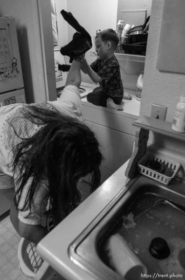 Salt Lake City - doing laundry before cleaning kitchen. Single mother Monique Austin lives in Salt Lake City with her 4-year-old son Charlie. She has ten months to prepare for life without welfare and is working towards a high-school diploma and a well-paying job. 12.12.2002, 5:49:39 PM