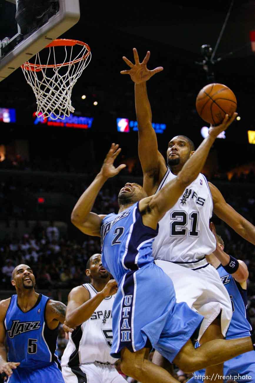 San Antonio - Utah Jazz guard Derek Fisher (2) drives under San Antonio Spurs forward Tim Duncan (21). Utah Jazz vs. San Antonio Spurs, NBA basketball, Western Conference Finals Game One. 5.20.2007