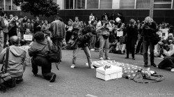 """Photographers photograph """"corpse"""" at Gulf War protest"""