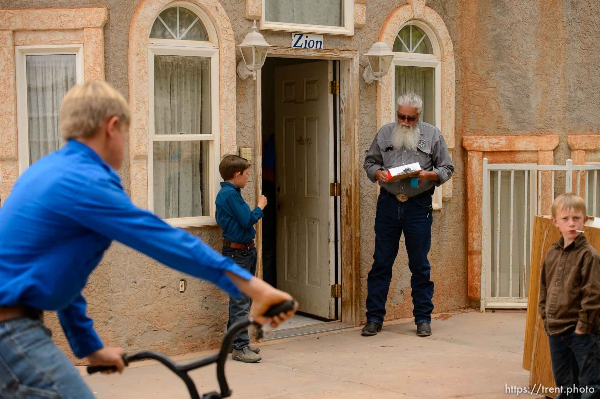 Trent Nelson | The Salt Lake Tribune As the UEP Trust evicts FLDS members from a Colorado City, AZ, home, a man tries to remove a shed and women and children look on, Tuesday May 9, 2017.