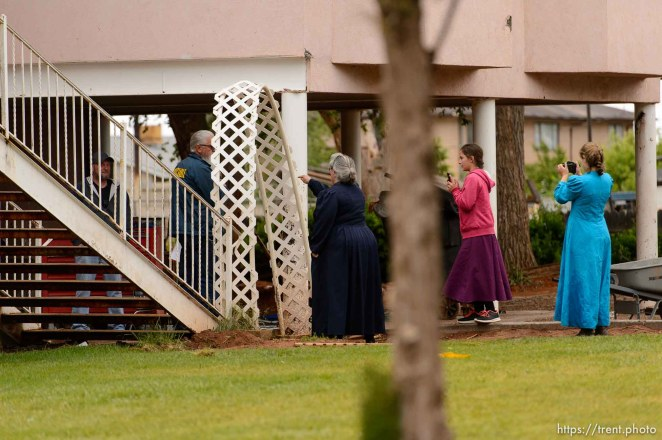 Trent Nelson   The Salt Lake Tribune UEP eviction of property at 555 N Lauritzen Ave, Colorado City, AZ, Wednesday May 10, 2017. Shannon Darger confronts UEP agent Ted Barlow and Mohave County Constable Mike Hoggard while two FLDS children shoot video.