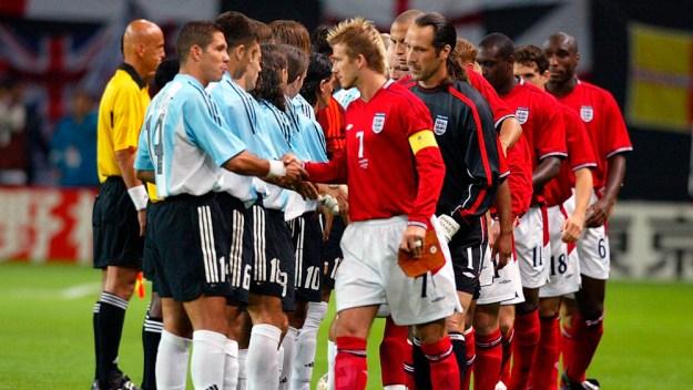 (Imagem  AP Photo   Ricardo Mazalan). ○ Argentina e Inglaterra era o jogo  mais esperado da primeira fase da Copa do Mundo de 2002. 73cb882e10dd5