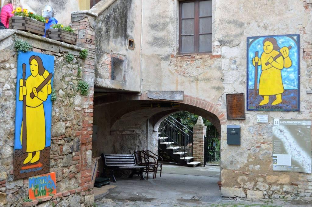 Monteriggioni è un bellissimo borgo medievale delle colline senesi, da visitare durante un road trip in Toscana.