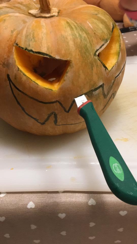 preparare la zucca di halloween, Jack o lantern, lavori di halloween con i bambini, trevaligie