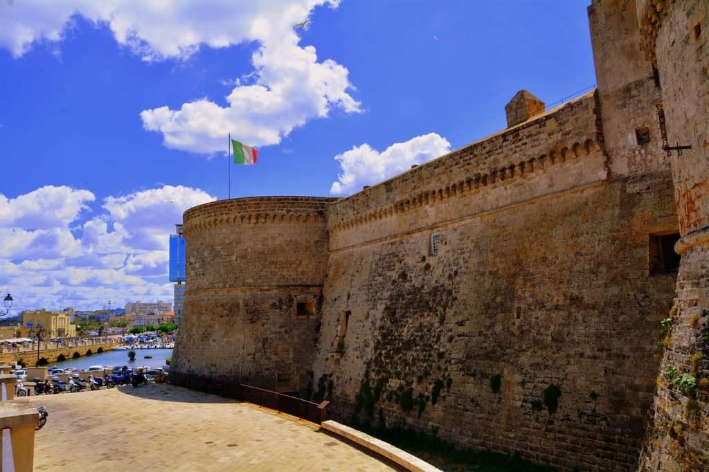 Gallipoli è famosa per la sua movida, ma ha bellissime spiagge in cui passare una piacevole giornata con i bambini.