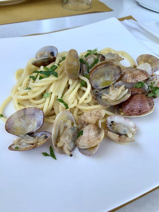 Al ristornate Hops puoi degustare ottimi piatti preparati con prodotti freschissimi, come gli intramontabili spaghetti alle vongole, o assaggiare deliziose pizze.