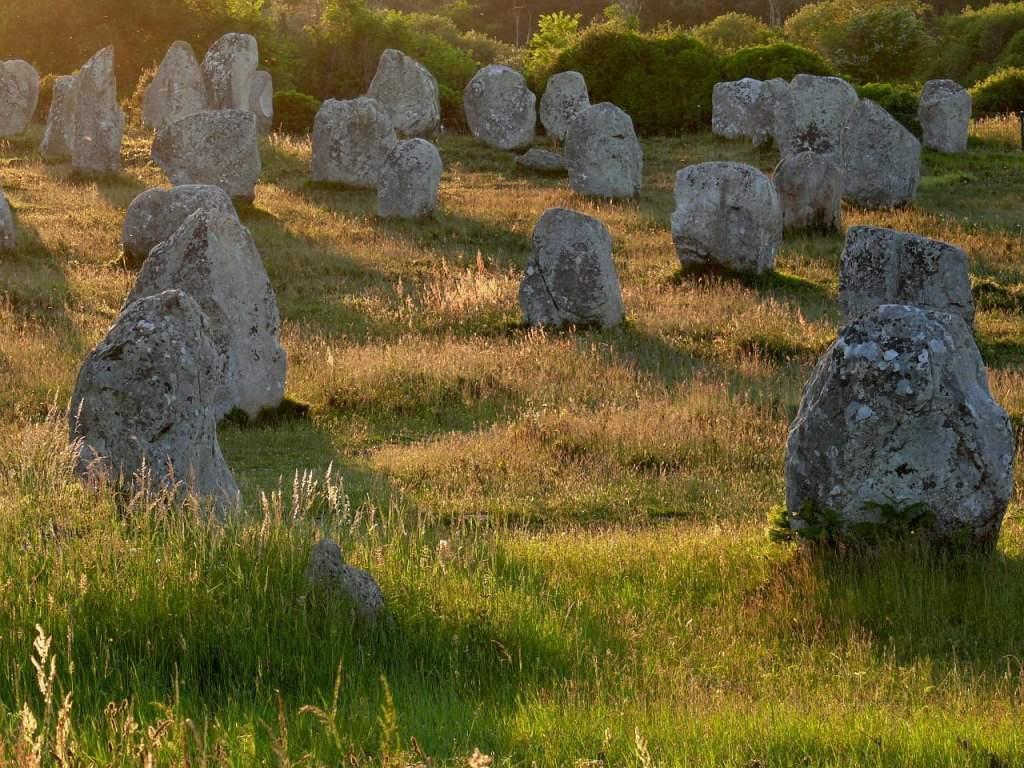 I Menhir della Bretagna sono veri e propri allineamenti di obelischi in pietra, dalla storia ancora incerta e misteriosa.
