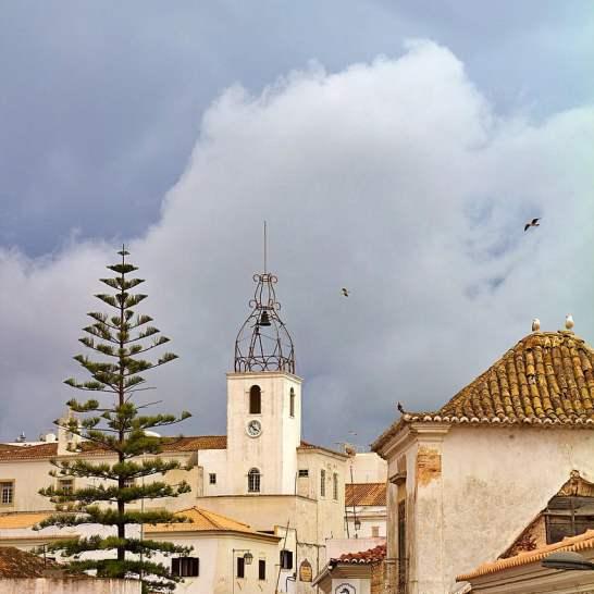 La bellissima Torre dell'orologio, nel centro storico di Albufeira, Si illumina nei giorni festivi.