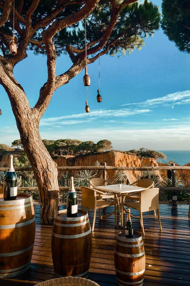 Il Mirador Champagne Bar è il luogo ideale dove rilassarsi gustando un buon bicchiere di vino, guardando i colori del tramonto che tingono le falesie di rosa.