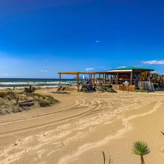 Mareduna, dalla sua privilegiata postazione in cima alla duna di sabbia, permette di pranzare ammirando un panorama pazzesco.