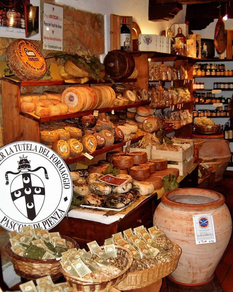 Il governo italiano ha proposto ai sardi enormi appezzamenti di terra in Toscana a prezzi vantaggiosi. Molti di loro si sono quindi trasferiti in regione con tanto di pecore, infondendo nella produzione di pecorino la loro rinomata abilità.