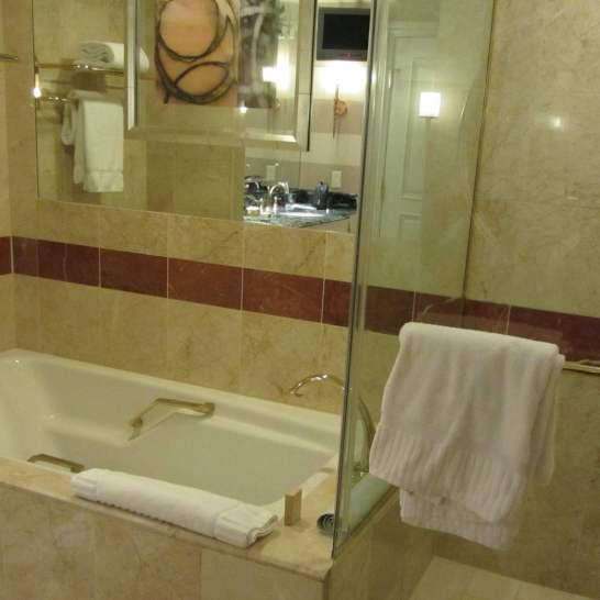 Nell'enorme sala da bagno. delle suite dell'Hotel Venetian ci sono ben due televisori, ed ogni tipo di confort.