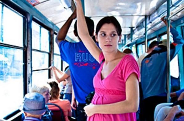 Шофьорът на автобуса ѝ заповяда да седне-Финалът на историята ще ви накара да ръкопляскате!