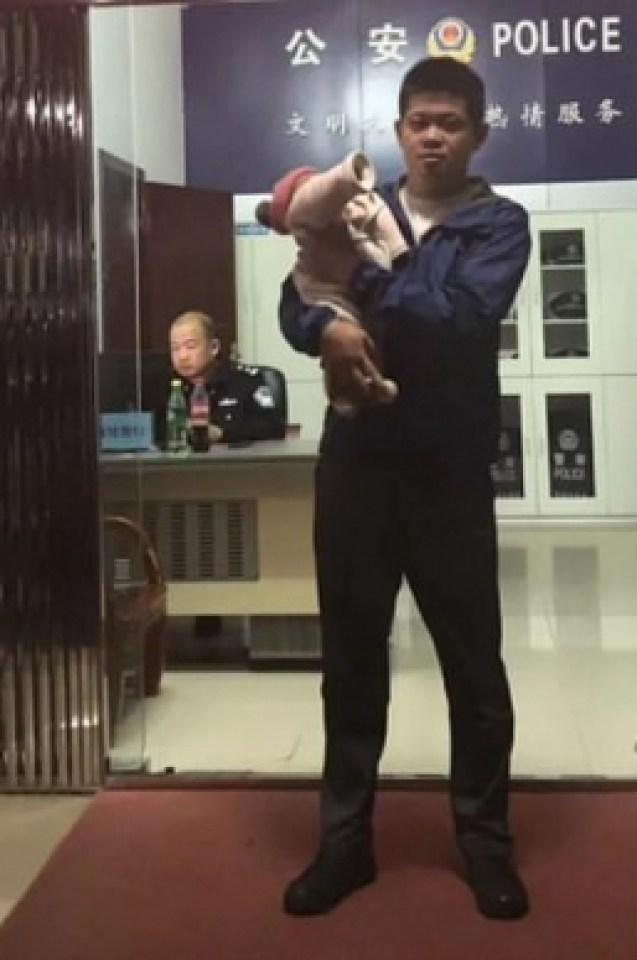 Разочарован татко побърза да продаде новородената си дъщеричка, но майка му прецака всичко и... (СНИМКИ)