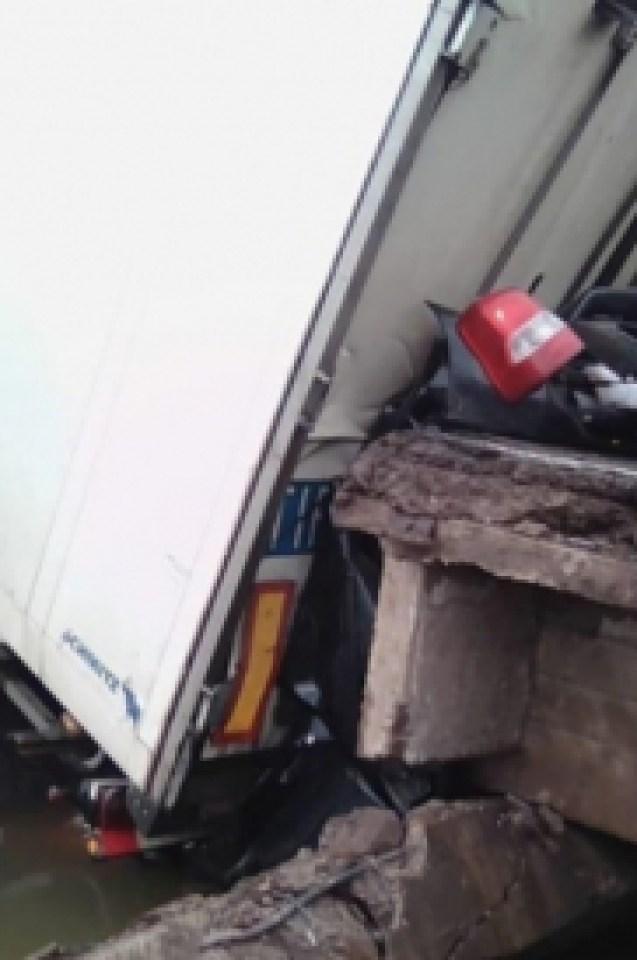 Ужасяваща смърт! Камион смаза кола на рухващ мост, а вътре бяха майка с дете (СНИМКА)