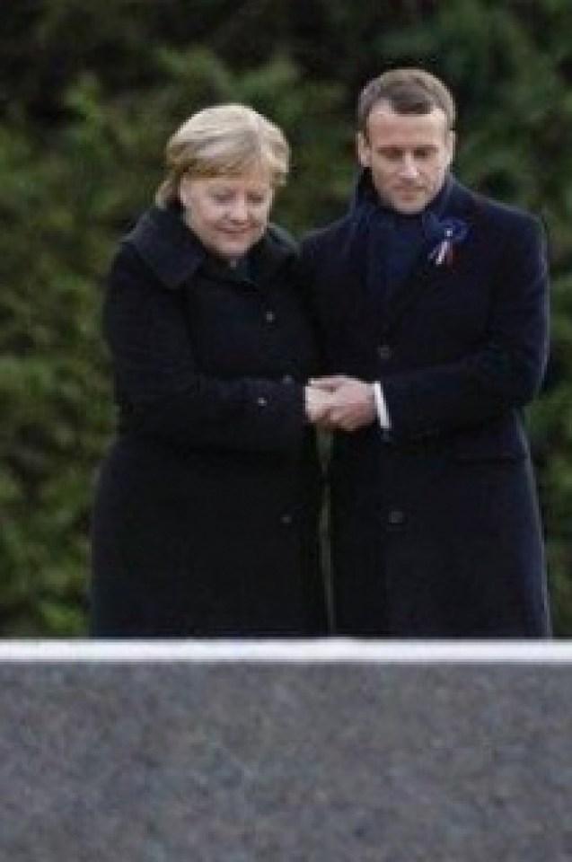 КАДРИТЕ, които обиколиха света! Макрон и Меркел поразително интимни на церемония във Франция