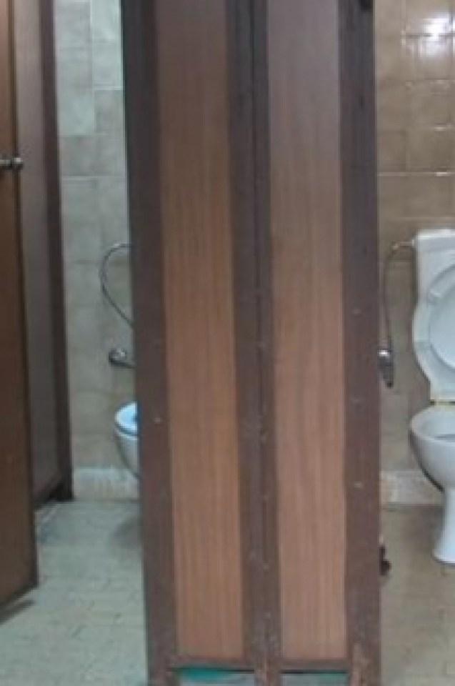 Цялата мрежа изпадна в потрес от СНИМКИТЕ, направени в тоалетната на читалище в Благоевград