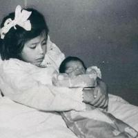 Тя ражда сина си, когато е едва на 5 години. Ето как изглежда днес най-младата майка в човешката история (Снимки)