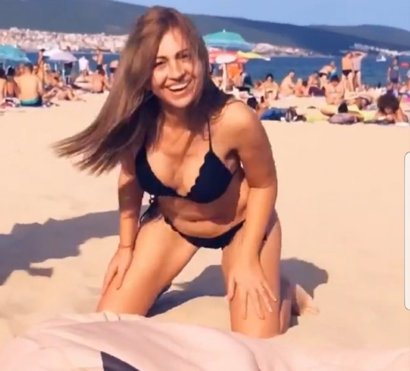 Майката на Сузанита се чекне на плажа