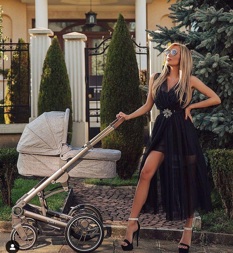 Златка Райкова тика бебешката количка с вечерна рокля