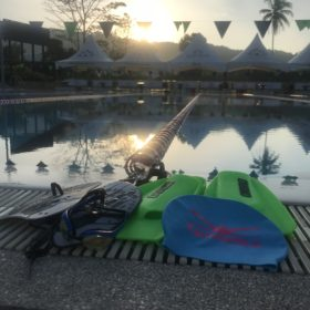 Uintivälineitä altaan reunalla