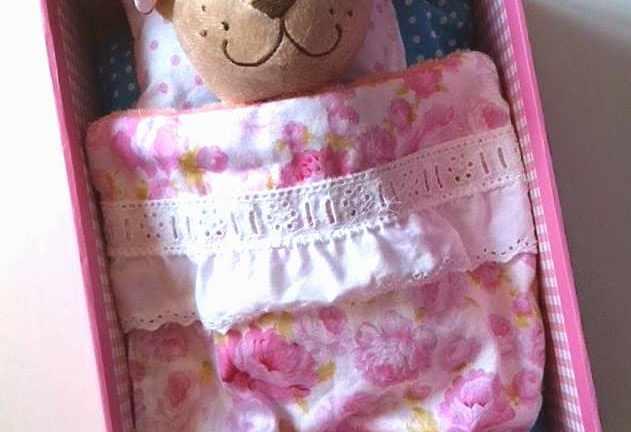 uma cama portátil para bonecas