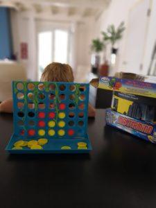 Distraire l'enfant de la fratrie par les jeux