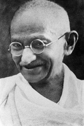Mahatma Gandhi promueve la idea de que el cambio debe empezar por uno mismo.