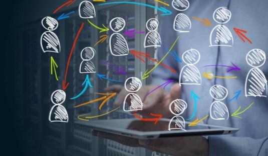 Red de personas conectadas entre si por relaciones, ejemplificando cómo la organización de la sociedad es uno de los temas principales de la sociología.