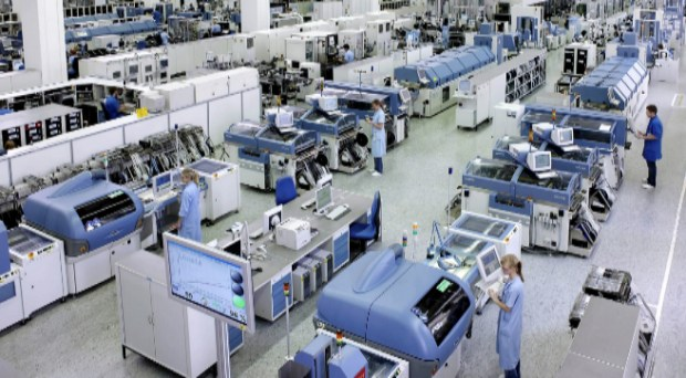 Imagen de una fábrica actual, automatizada y con pocos trabajadores.