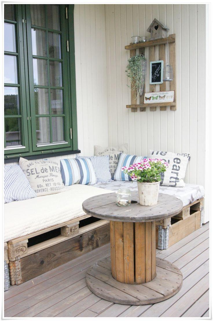 un salon de jardin en palettes