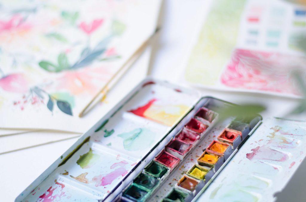 mélange de couleurs à l'aquarelle - godets