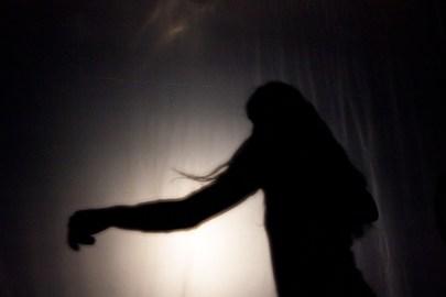 Performance par Alice Martins / Photo : Sylvain Raybaud