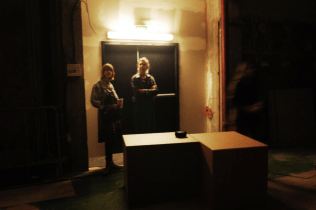 Hélène et Ksénia dans le mysterieux theatre de la Maison