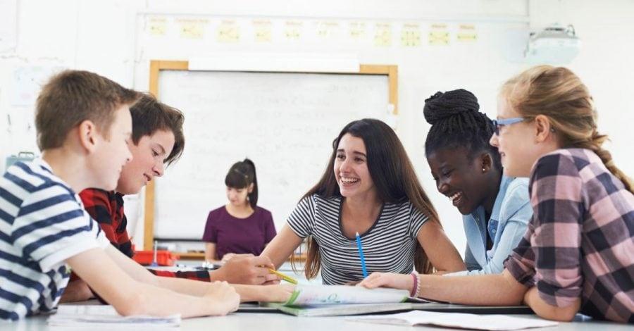 """Elev de clasa a VI-a pedepsit pentru folosirea pronumelui """"greșit"""" față de elevii transgender"""