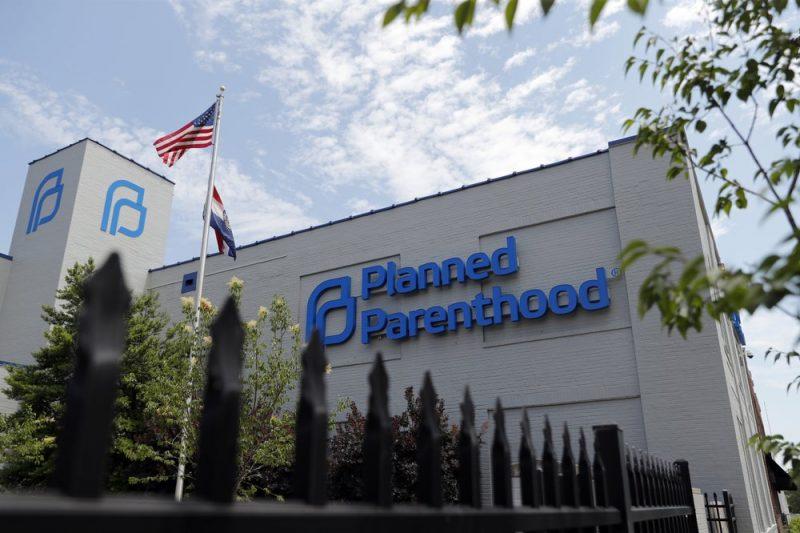 Victorie pentru viață: Planned Parenthood renunță la fondurile federale pentru avort după ce Trump a introdus noi restricții