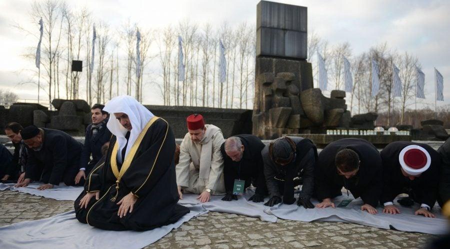 Lider saudit și lideri religioși musulmani în vizită la Auschwitz