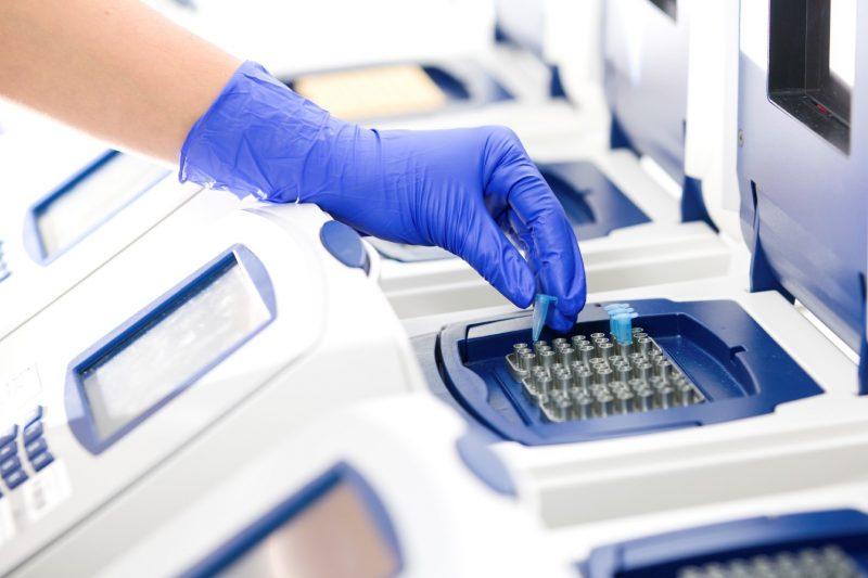Arhiepiscopia Sucevei comandă echipamente de testare COVID-19 în valoare de 100.000 de euro pentru Spitalul Județean