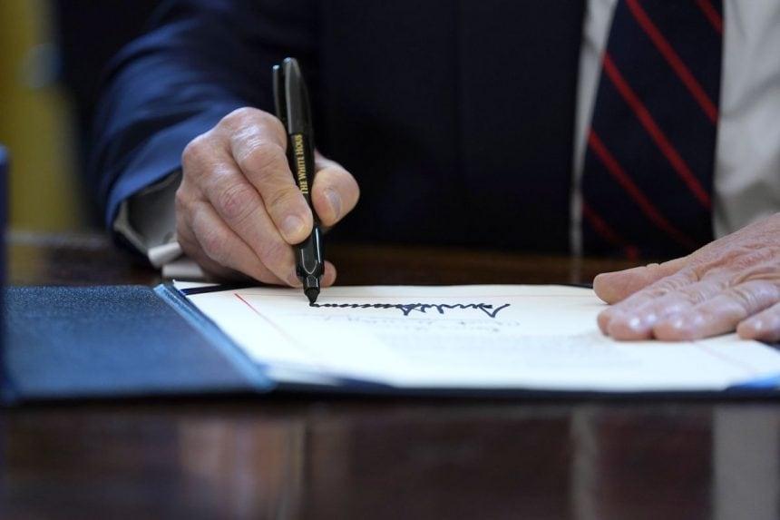 Donald Trump a semnat vastul plan de relansare economică adoptat de Congres