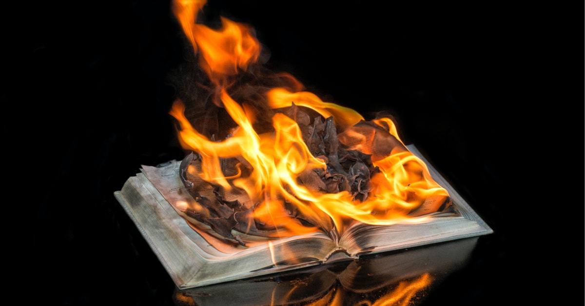 IRONIA ARDERII BIBLIILOR în numele Black Lives Matter