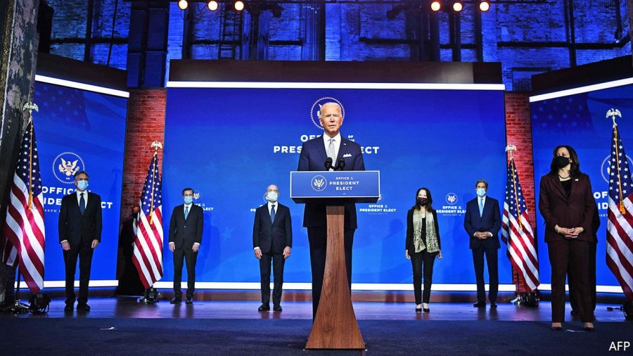 Mass-media tratează echipa lui Trump ca pe niște câini, iar pe a lui Biden ca pe cățeluși