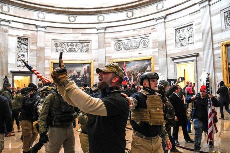 """4 morți după """"insurecția eșuată"""" din clădirea Capitoliului"""