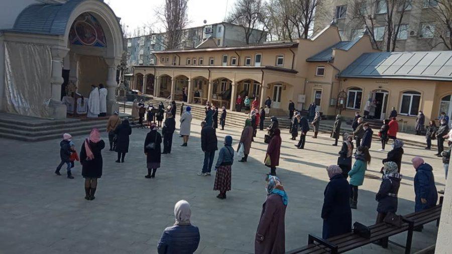 Începând de duminică bisericile din Republica Moldova au voie să organizeze ceremonii în aer liber
