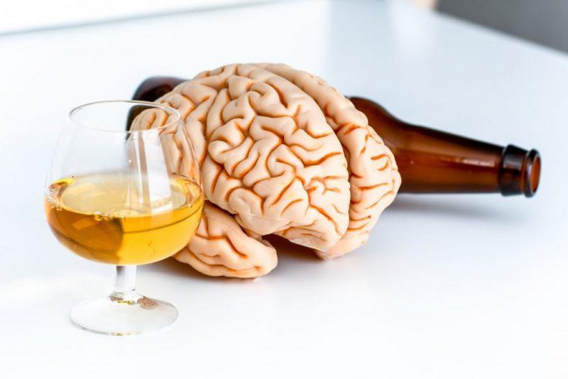 Studiu: Consumul oricărei cantități de alcool produce leziuni ale creierului