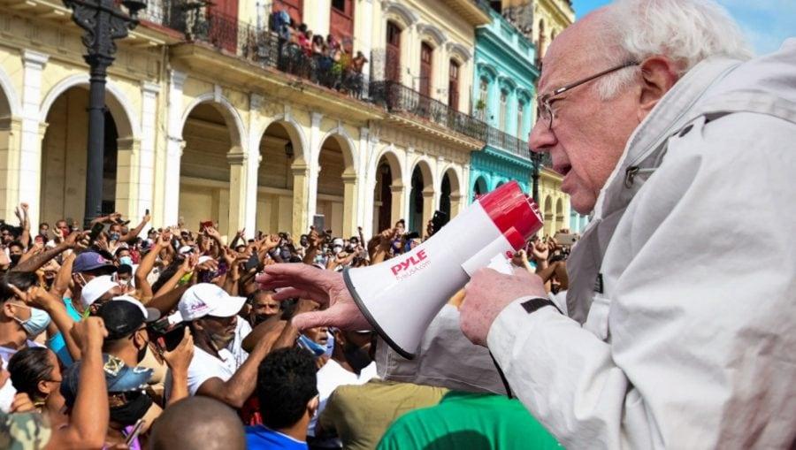SATIRĂ: Bernie Sanders merge în Cuba să le spună protestatarilor să fie recunoscători regimului comunist