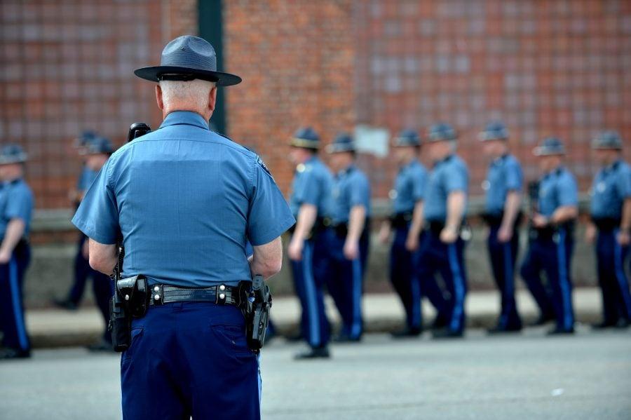 Massachusetts: Sute de polițiști demisionează din cauza mandatului de vaccinare